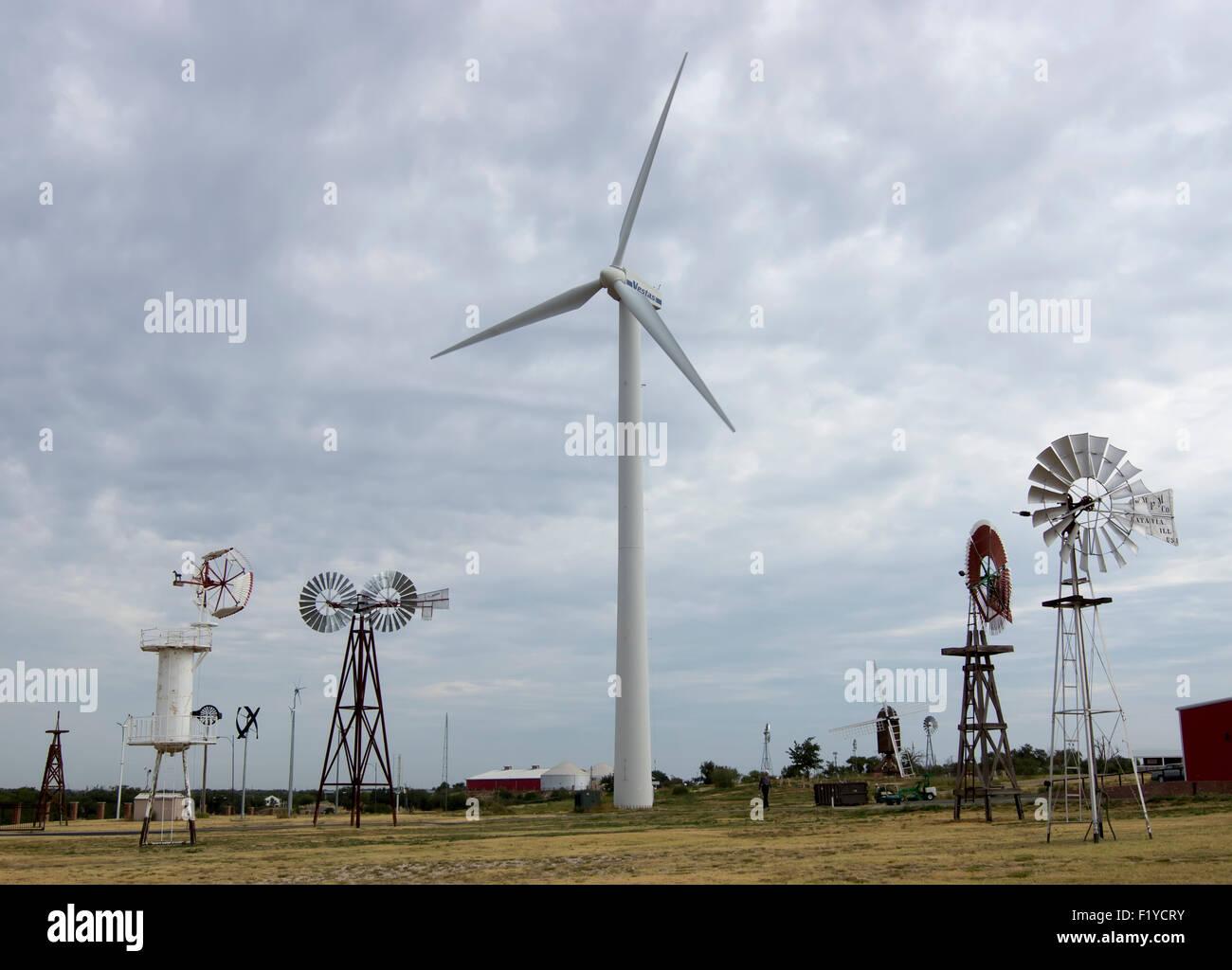Windmühlen und Windräder auf dem Display an der American Wind Power Center und Museum in Lubbock, Texas. Stockbild