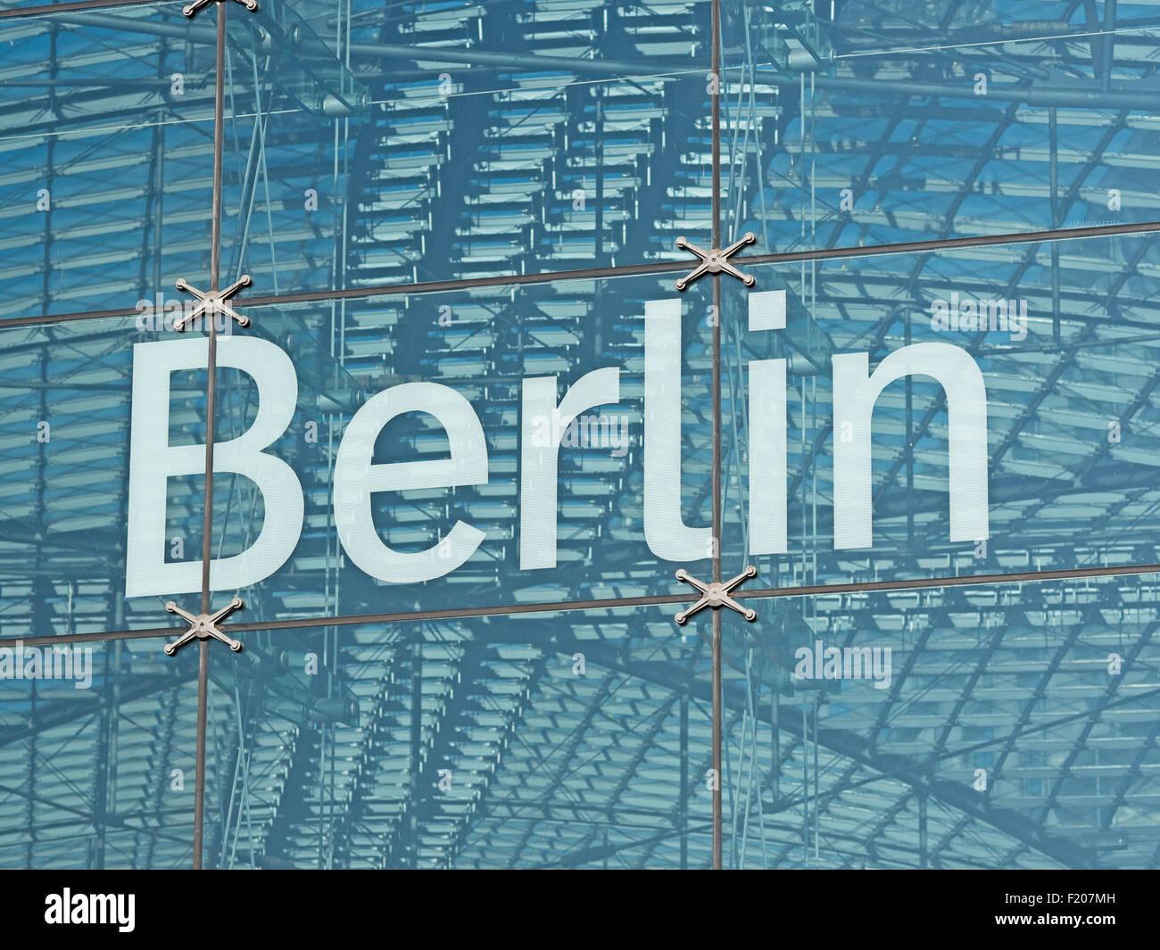 Schriftzug Berlin am Hauptbahnhof Stockbild