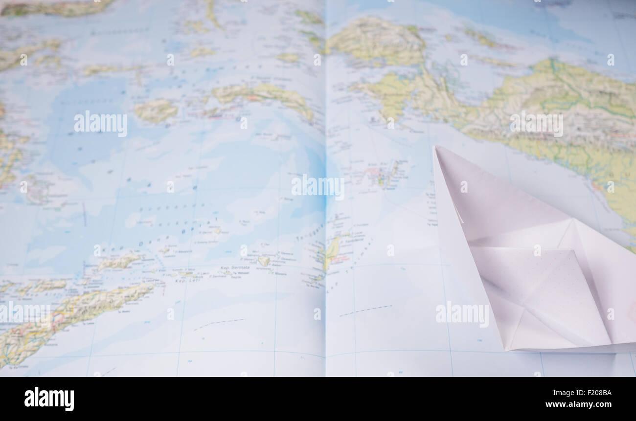 Papierboot Auf Einer Landkart Stockbild