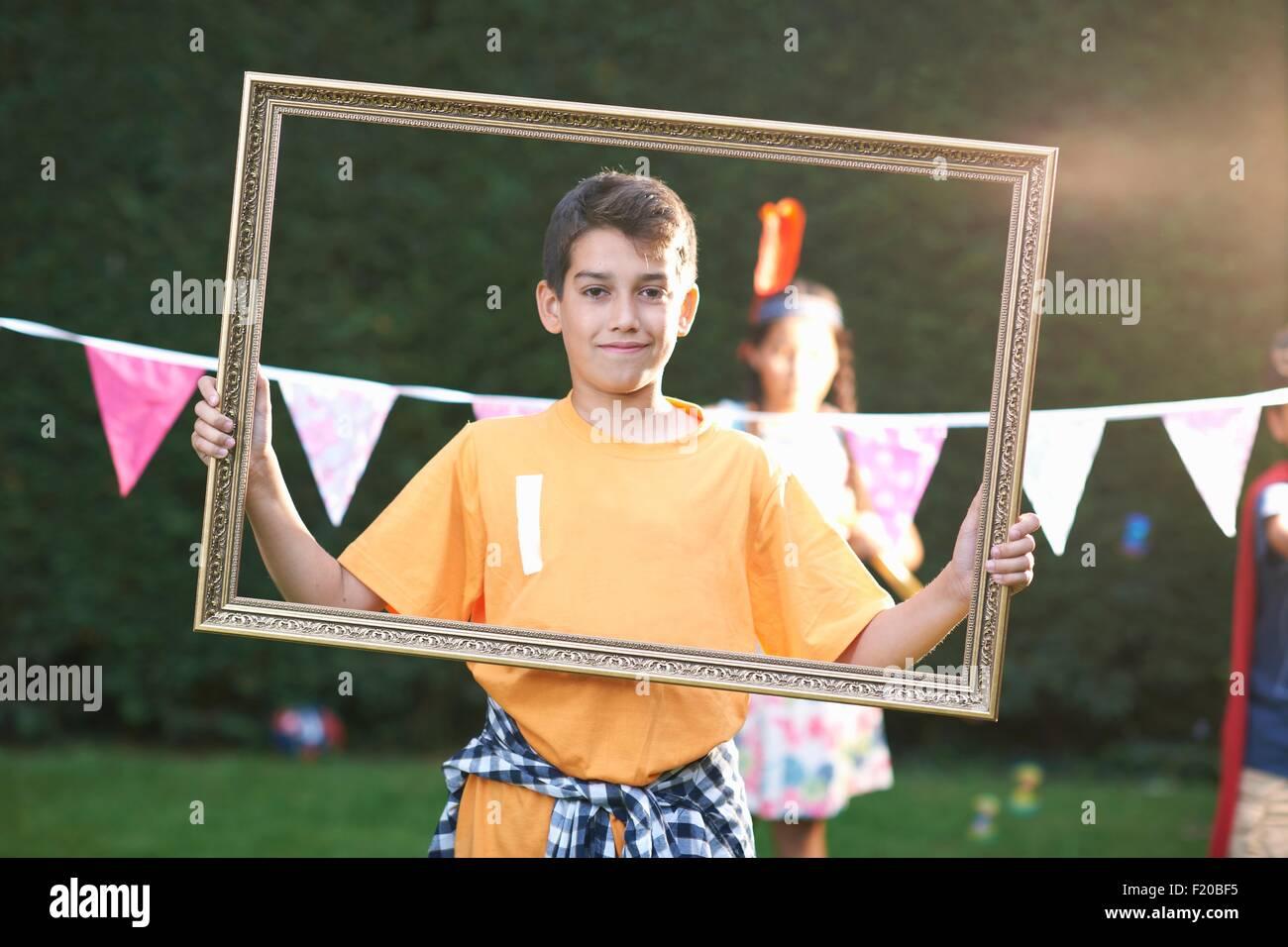 Porträt eines jungen Blick durch Bilderrahmen, Blick in die Kamera ...