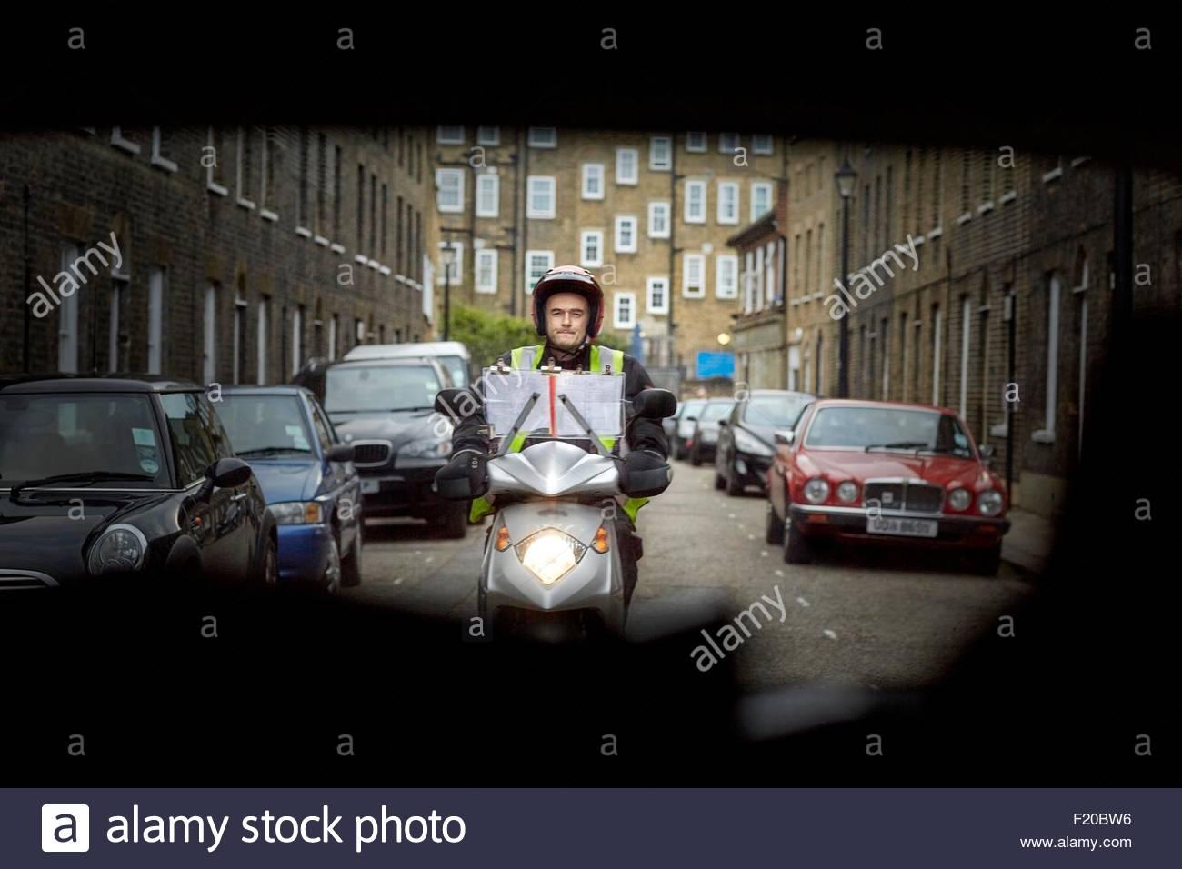 Motorroller-Fahrer auf Street in London, gesehen vom Fahrzeug Stockbild