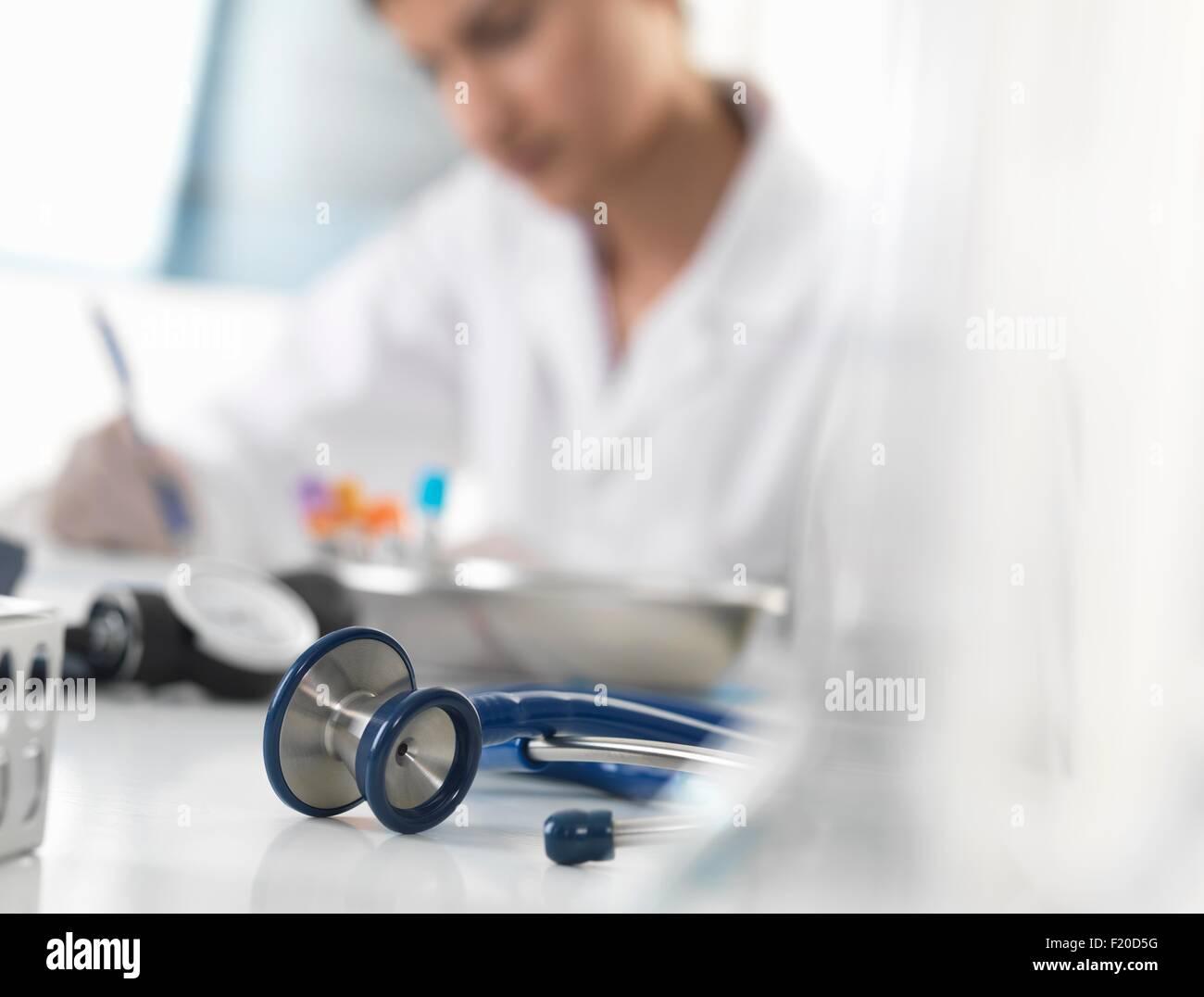Schreiben von medizinischen Unterlagen am Schalter in Klinik Ärztin Stockbild