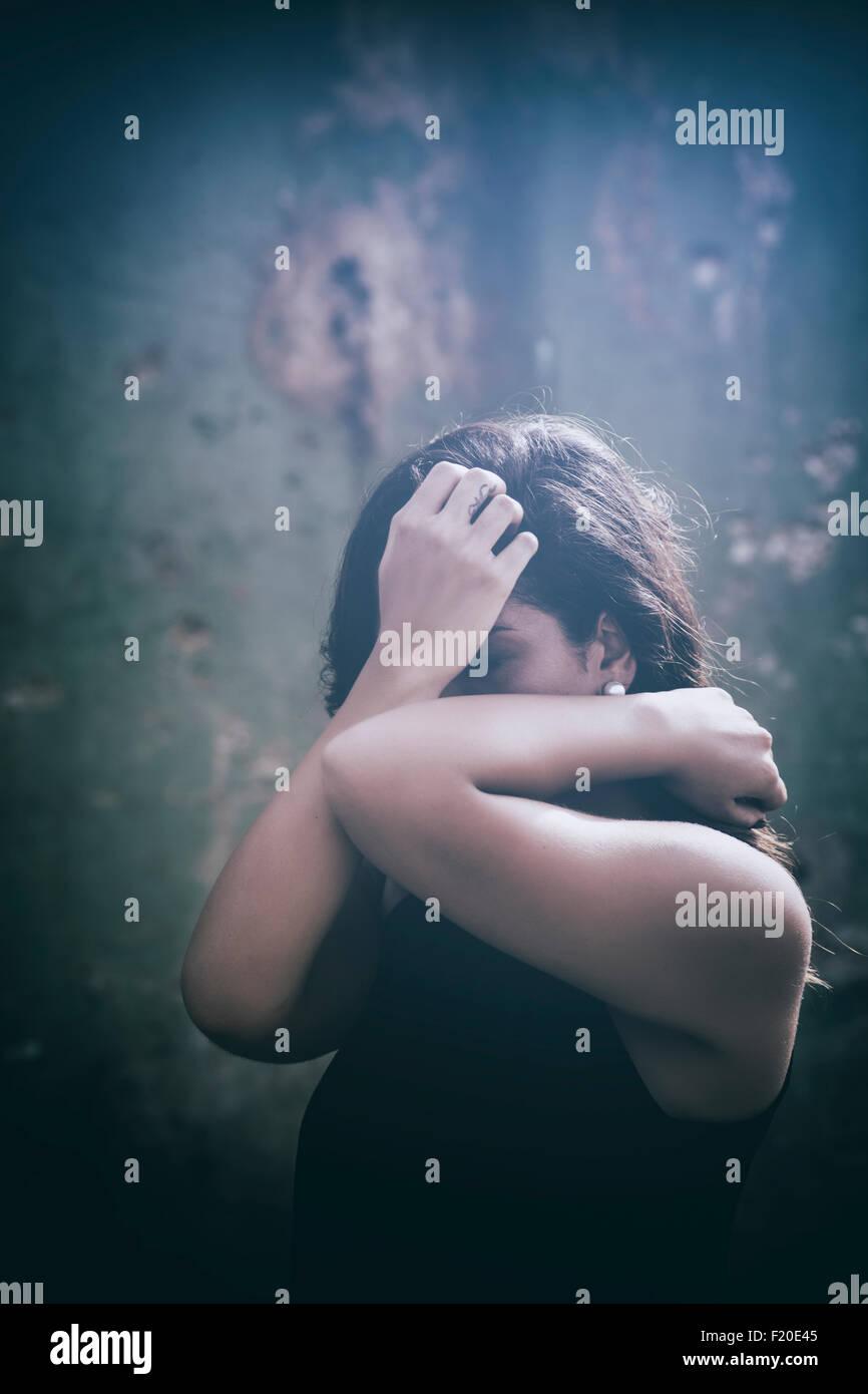 Angst vor Frau Gesicht mit Händen versteckt Stockfoto