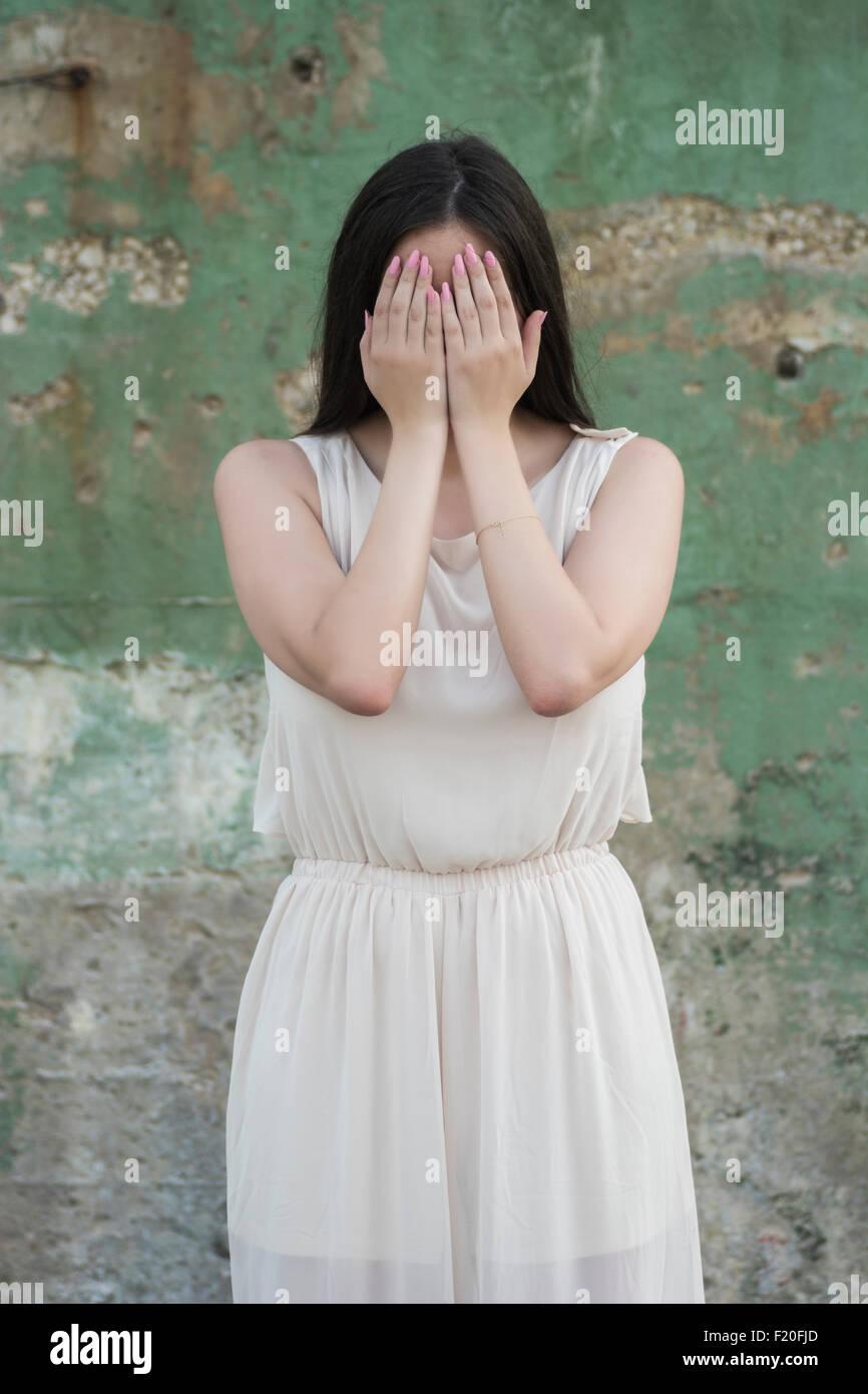 Angst vor Frau Gesicht mit Händen versteckt Stockbild