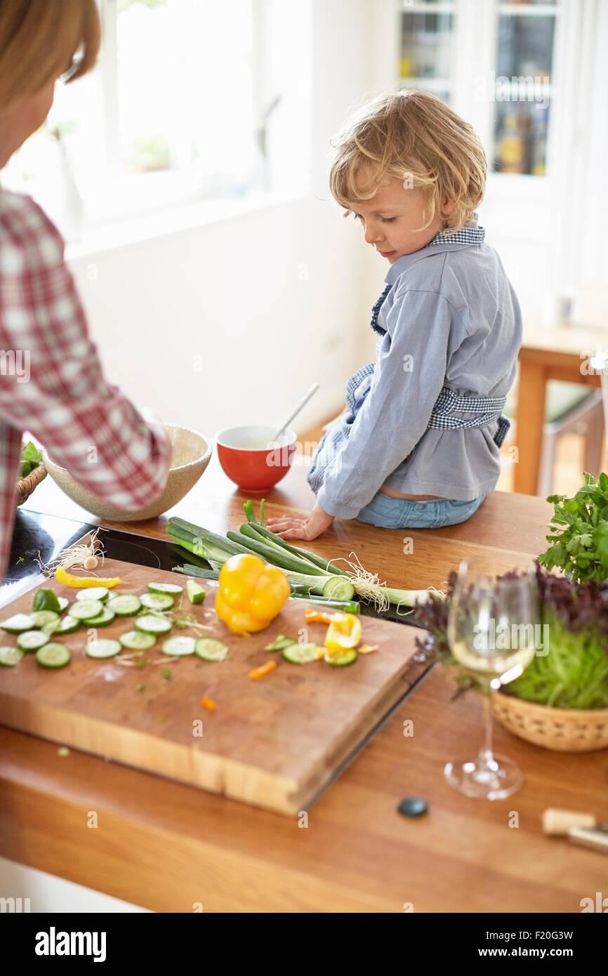 Mutter und Sohn, die Zubereitung in der Küche Stockbild