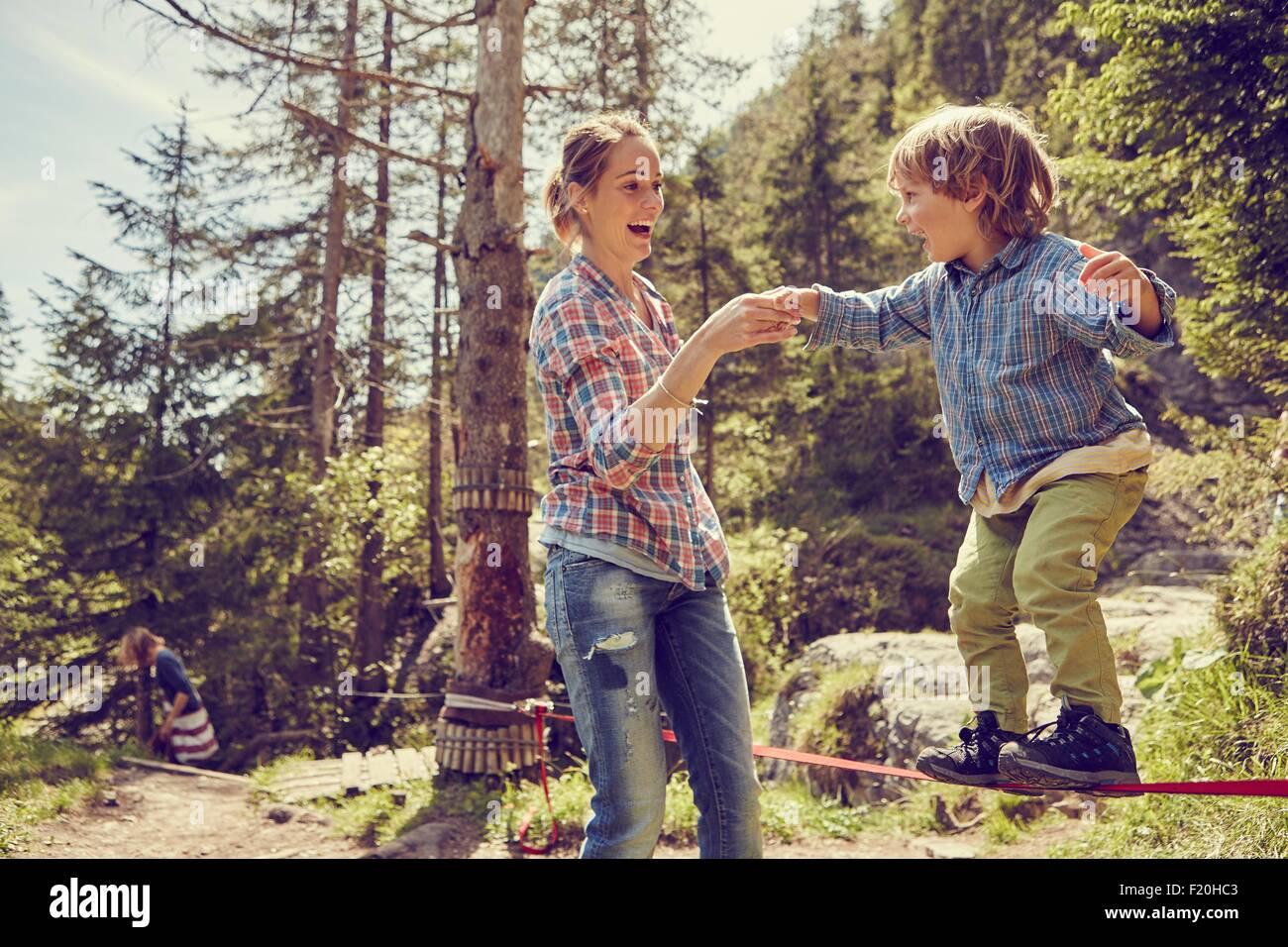 Junge, balancieren auf Seil mit Hilfe von Mutter, Ehrwald, Tirol, Österreich Stockbild