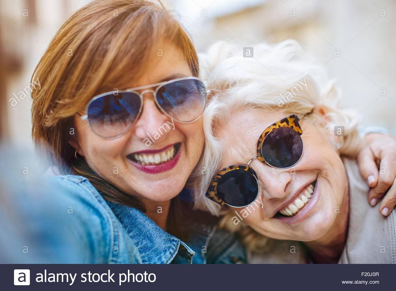 Zwei Reife Frauen posieren für selfie Stockbild