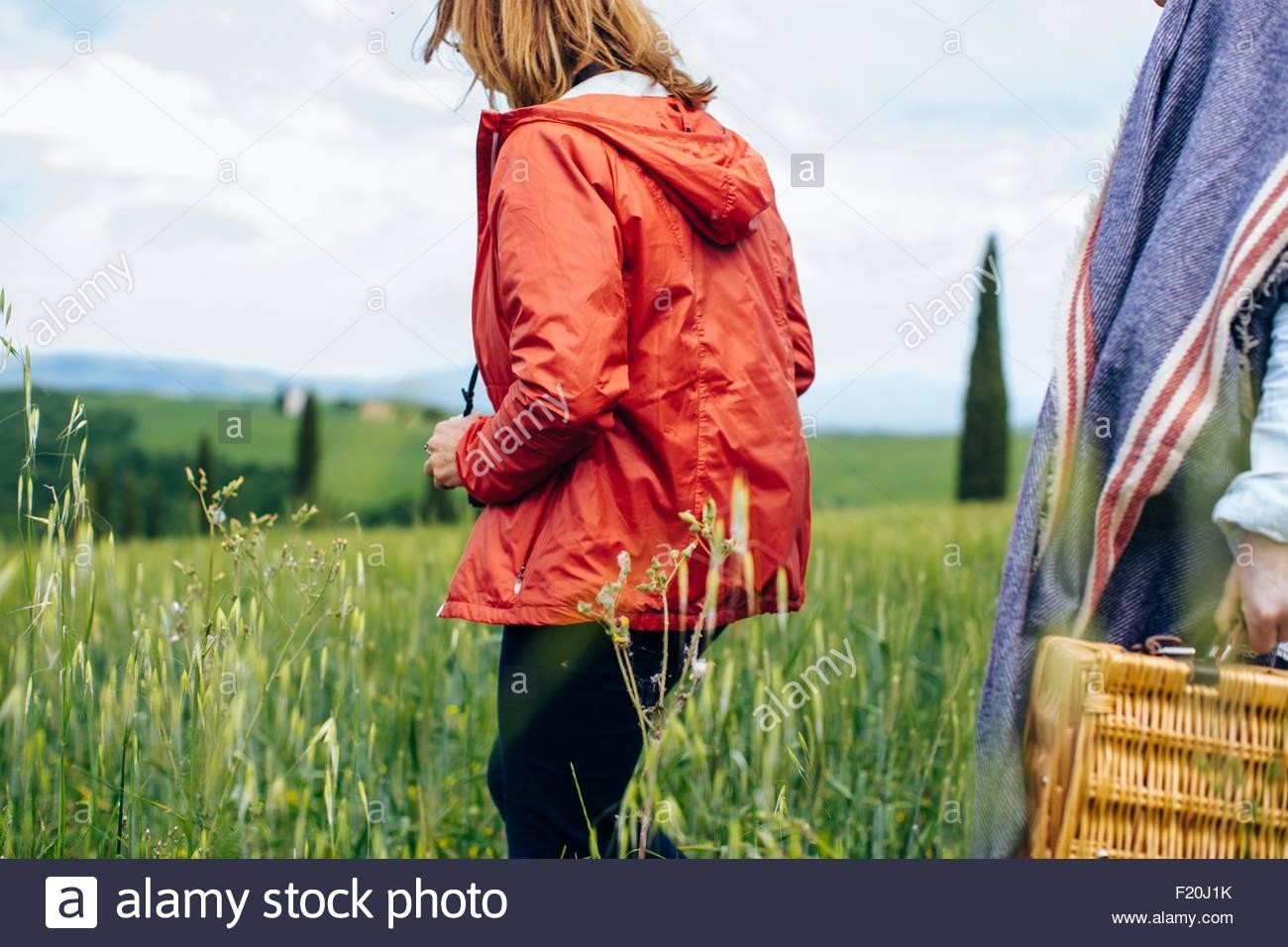 Beschnitten, Aufnahme von zwei Reife Frauen einen Spaziergang im Weizenfeld, Toskana, Italien Stockbild