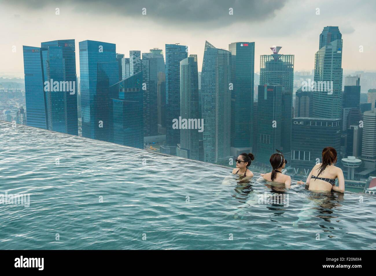 singapur marina bay swimmingpool auf dem dach des marina bay sands luxuary hotel er ffnete im. Black Bedroom Furniture Sets. Home Design Ideas