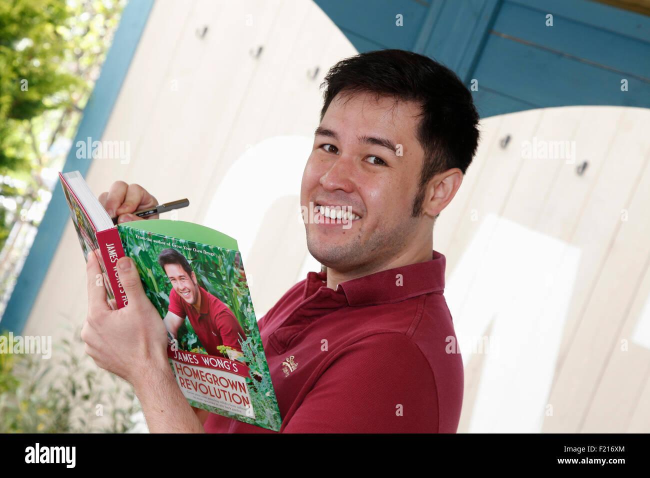 Menschen, Famous, Celebrity, Ethnobotaniker und TV Moderator James Wong Unterzeichnung ist Buch. Stockfoto