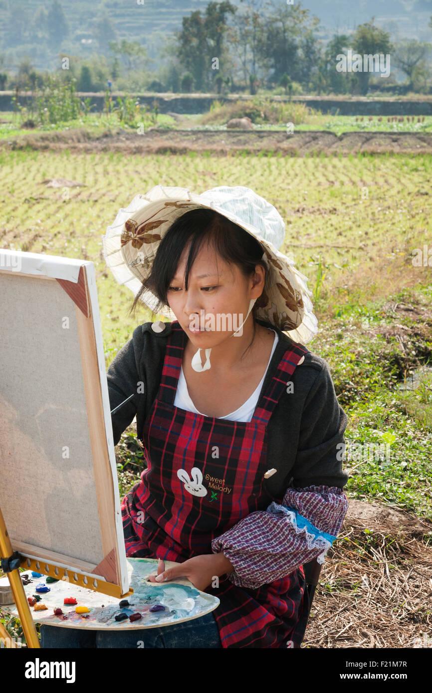 Asiatische Bilder Auf Leinwand asiatische mädchen malen auf leinwand in einem reisfeld chengkan