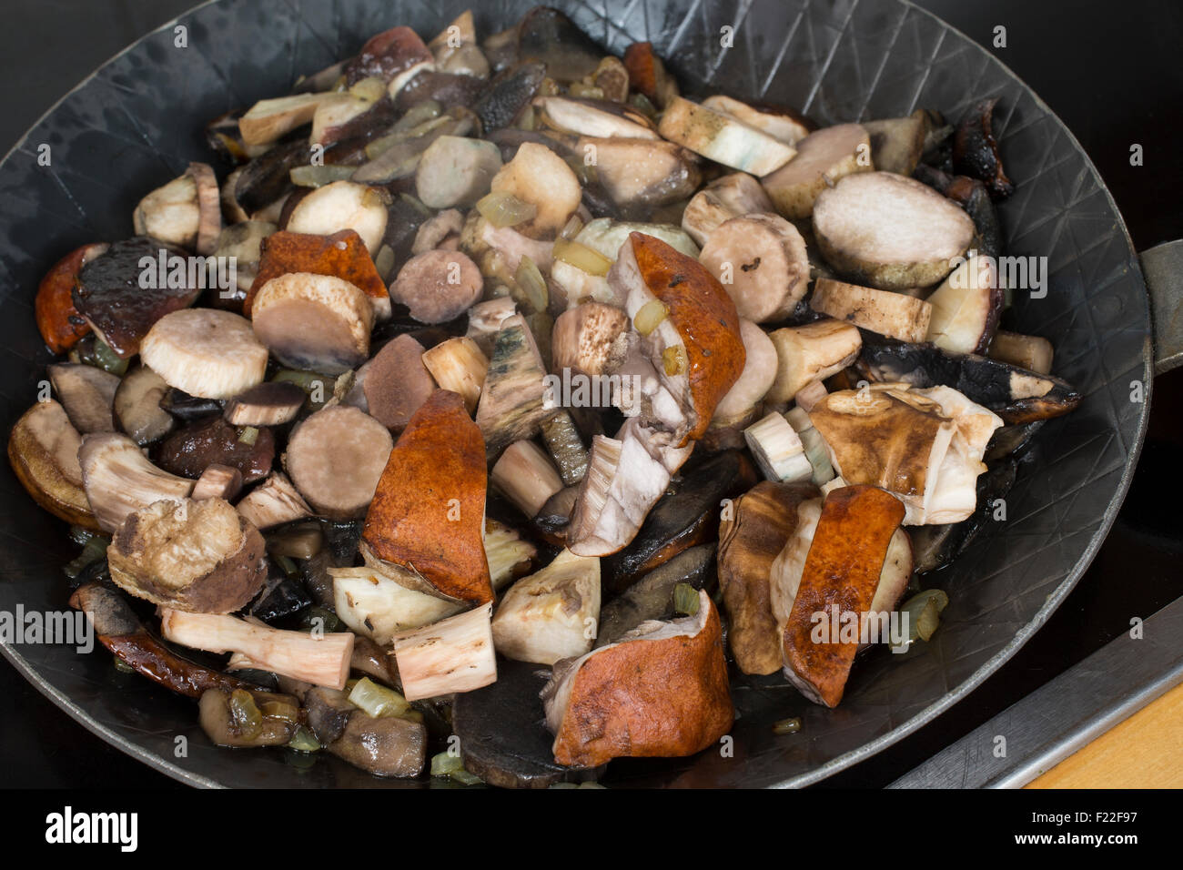 pilze pilz sch ssel pfanne kochen k che pilzpfanne pilze braten pilzgericht pilze. Black Bedroom Furniture Sets. Home Design Ideas