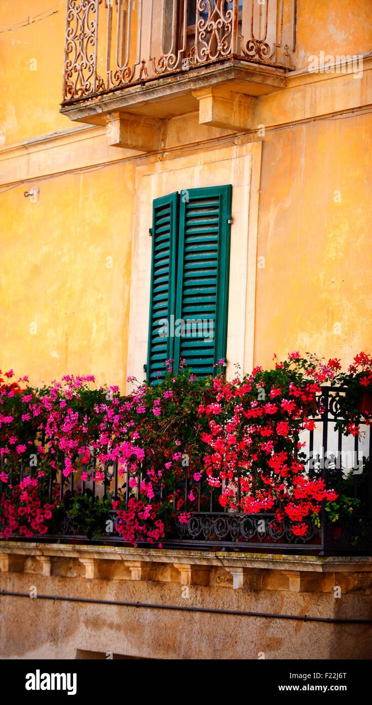 Fontecchio, Italien. Fensterläden und Balkon. Stockbild