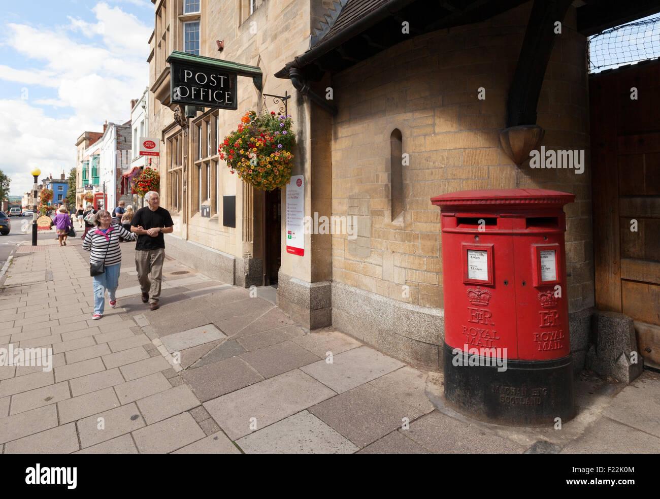 Post Box außerhalb der Glastonbury Zweig des Post Office, Glastonbury Stadt, Somerset West Country England Stockbild
