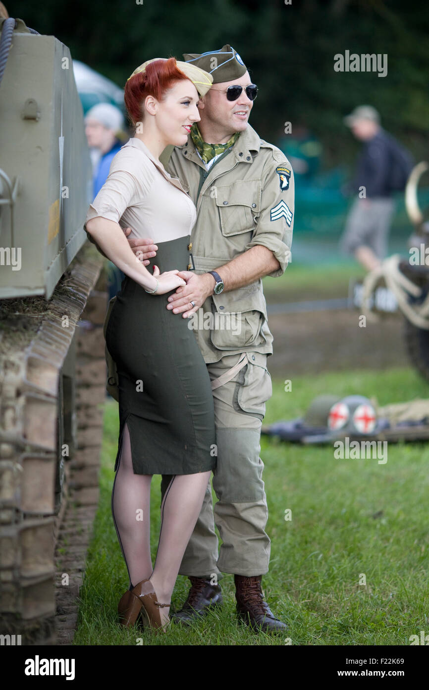 Amerikanischer Offizier mit seinem Mädchen in seinen Armen Stockbild