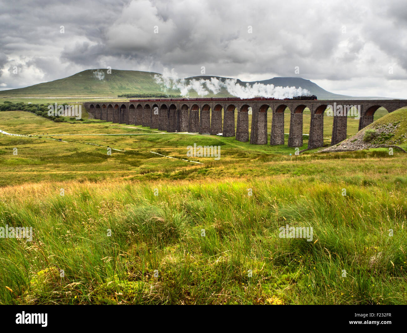 Dampfzug, die Überquerung der Ribblehead-Viadukt in der Yorkshire Dales England Stockbild
