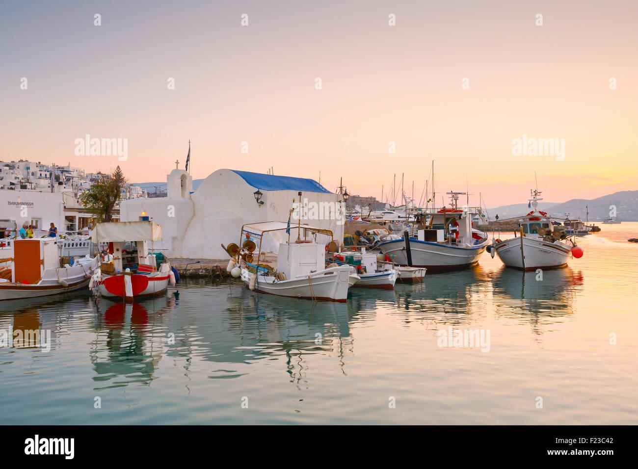 Blick auf den Hafen in Naoussa Dorf auf der Insel Paros, Griechenland Stockbild
