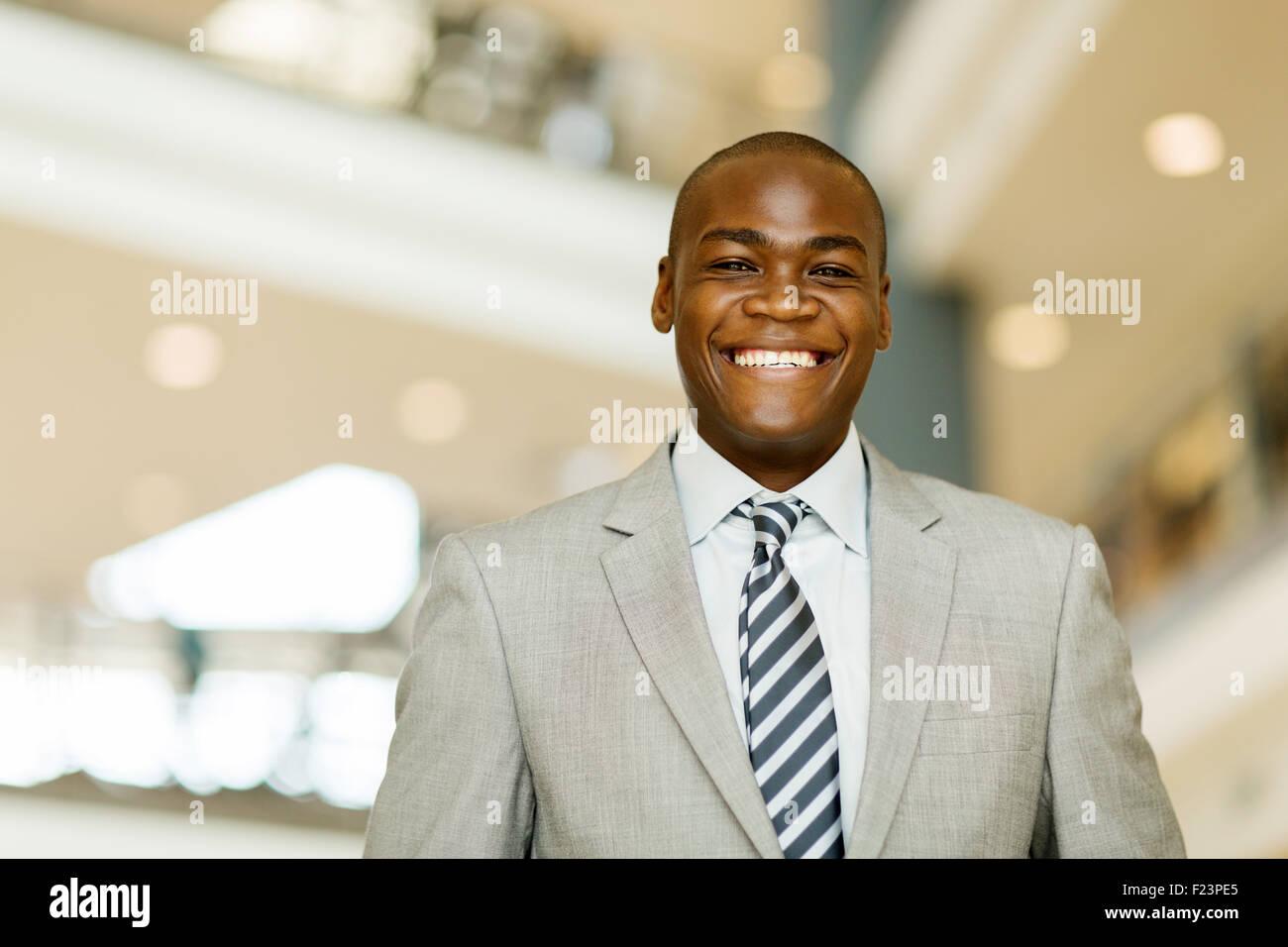 Porträt der fröhlichen afrikanischen Geschäftsmann im modernen Büro Stockbild