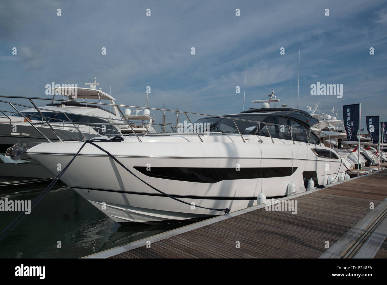 Southampton, UK. 11. September 2015. Southampton Boat Show 2015. Princess V58 Open ins Leben gerufen, auf der Messe. Stockfoto