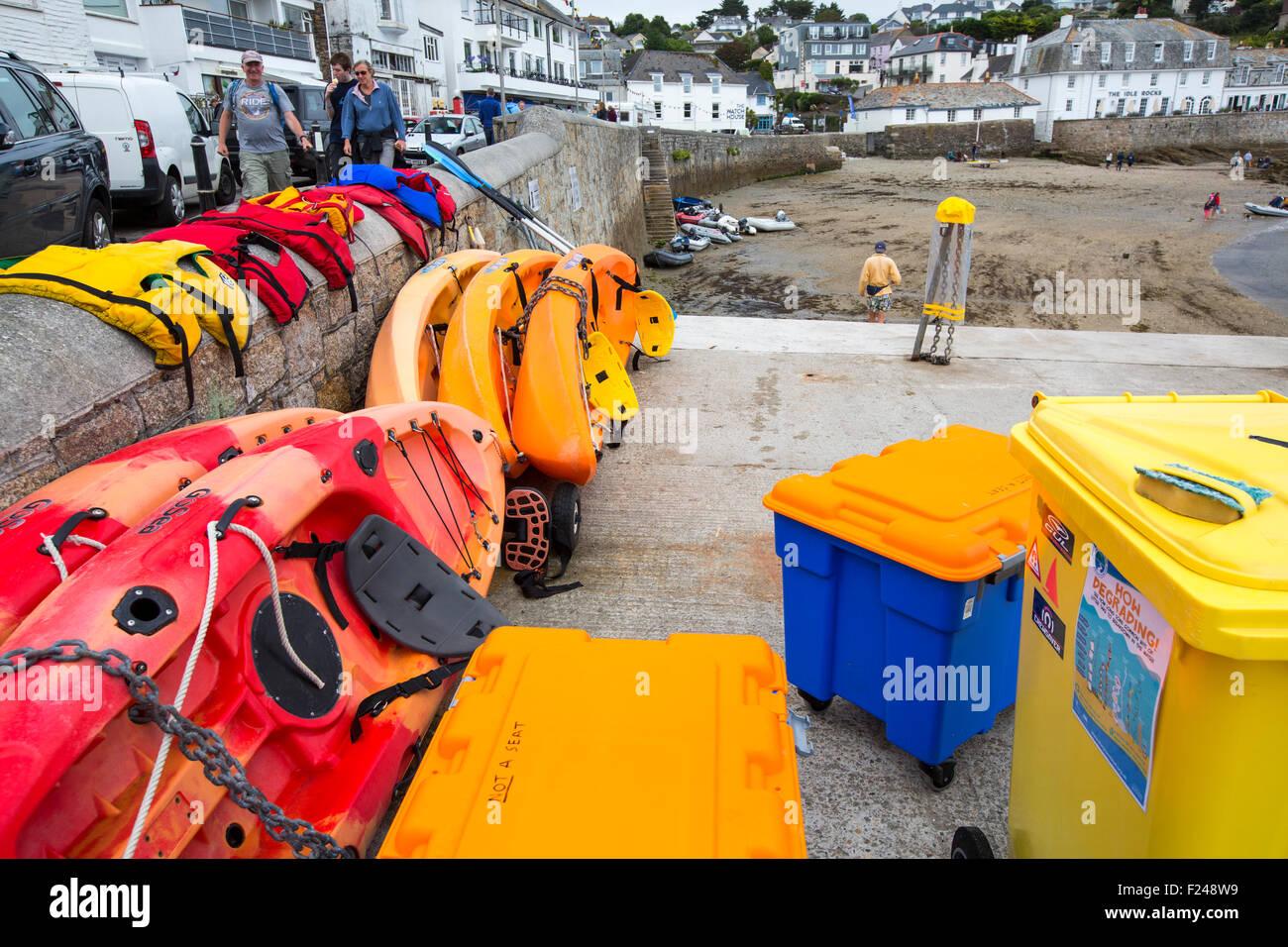 Sitzen Sie auf Kajaks zu mieten in St. Mawes, Cornwall, UK. Stockbild