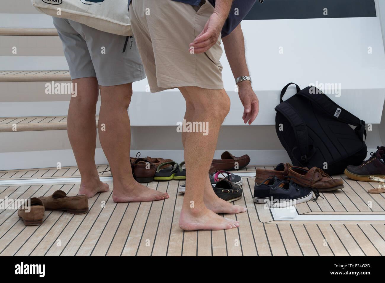 Southampton, UK. 11. September 2015. Southampton Boat Show 2015. Besucher sammeln ihre Schuhe nach dem Anzeigen Stockfoto