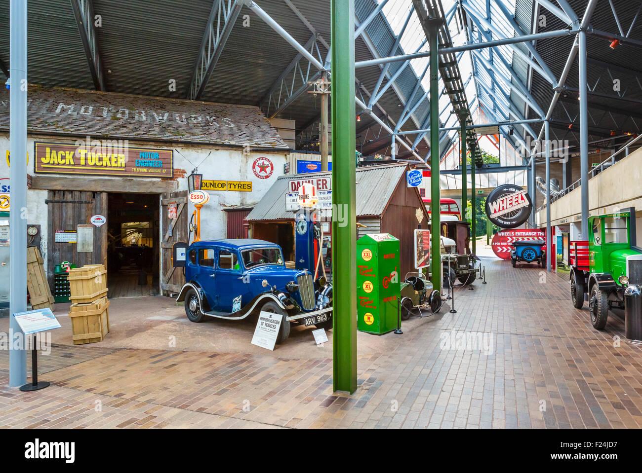 Periode Garage Display an das National Motor Museum in Beaulieu, Hampshire, England UK Stockbild