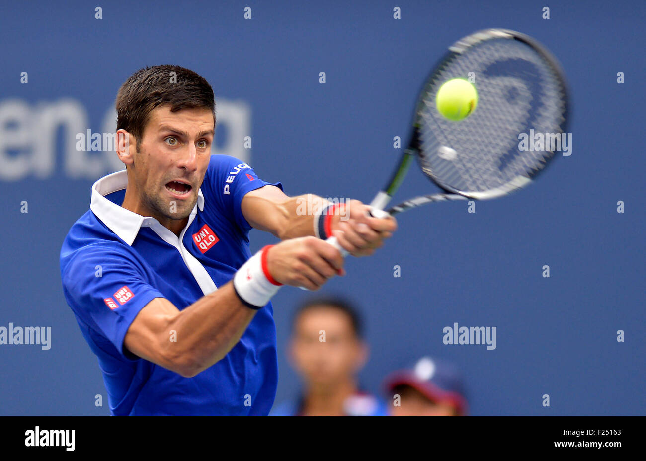 New York, USA. 11. September, 2015. Novak Djokovic Serbien gibt einen Schuss an Marin Cilic Kroatien während Stockbild