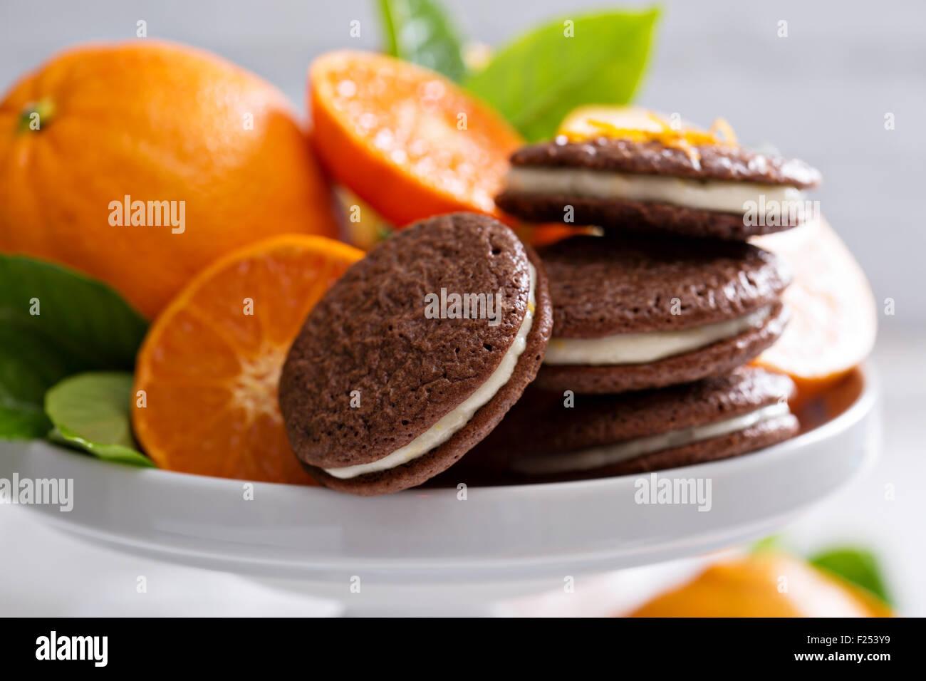 Schokoladenbrownie orange dünne Plätzchen mit Cremefüllung Stockbild