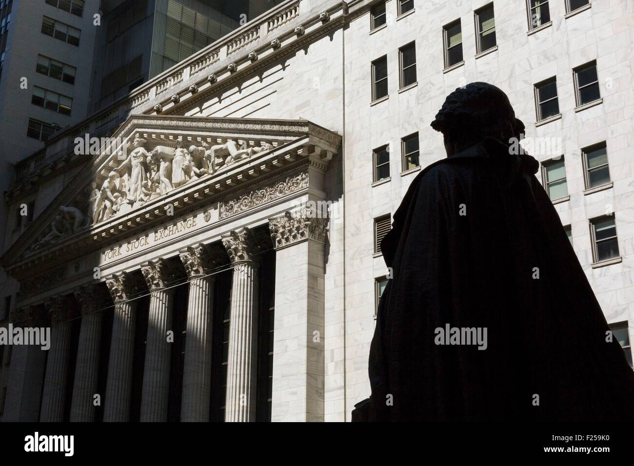 Vereinigte Staaten, New York, Manhattan, Financial District, Wall Street, dem Giebel der Börse, die Statue Stockbild