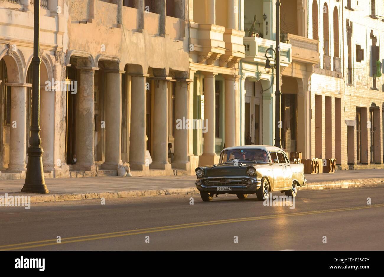 Kuba, Ciudad De La Habana Provinz, La Havanna, amerikanisches Auto am Malecon Stockbild
