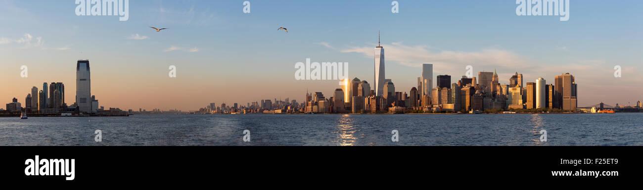 Vereinigte Staaten, New York, Kreuzfahrt rund um Manhattan Island, One World Trade Center, Panorama-Bild Stockbild