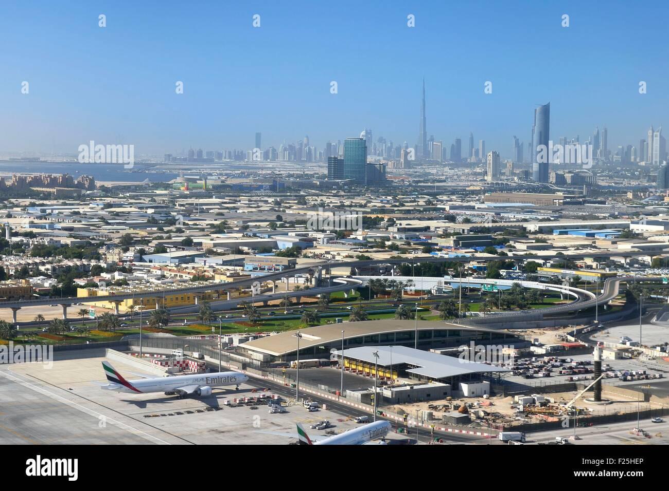 Vereinigte Arabische Emirate, Dubai, Dubai International Airport und Zentrum der Stadt im Hintergrund (Luftbild) Stockfoto