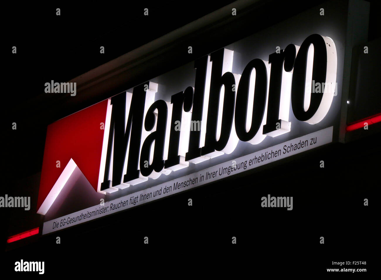 berlin cigarette stockfotos berlin cigarette bilder alamy. Black Bedroom Furniture Sets. Home Design Ideas