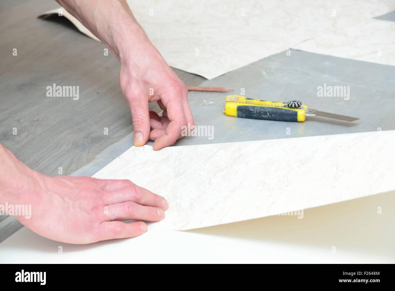 vorbereitung zum schneiden und kleben tapeten (messung und