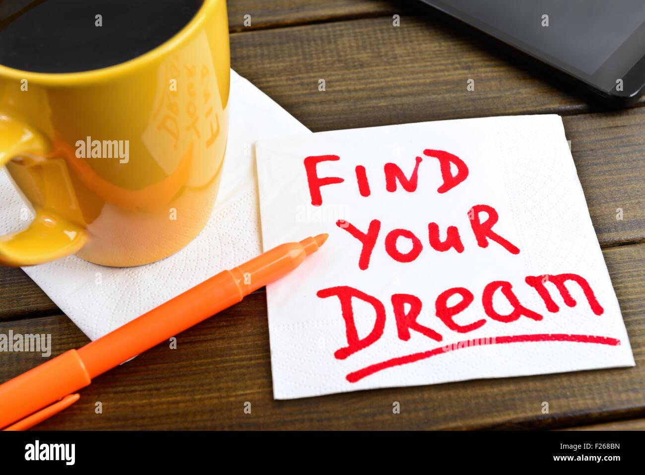 Finden Sie Ihre Traum - motivierende Handschrift auf einer Serviette mit einer Tasse Kaffee und Telefon Stockbild