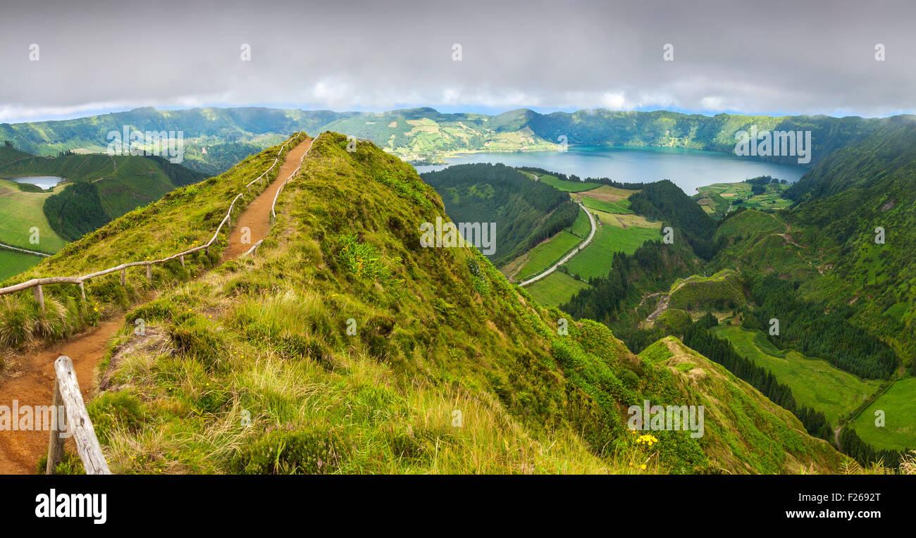 Wanderweg führt zu einen Blick auf die Seen von Sete Cidades und Santiago de Sao Miguel, Azoren Stockbild