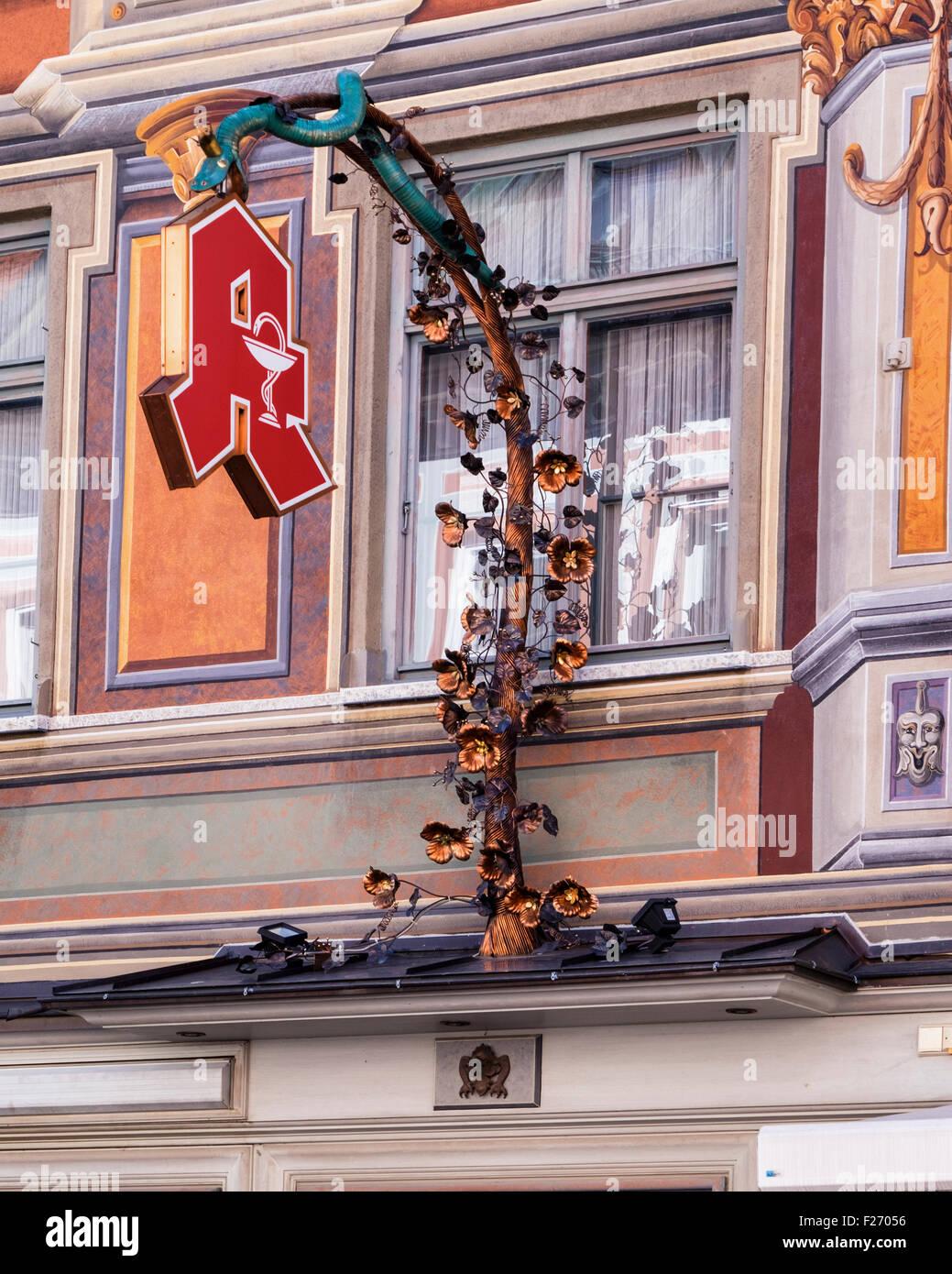 Stadt-Apotheke, historische Stadtapotheke dekorative Zeichen. Füssen Stadt, Ostallgaü, Bayern, Deutschland Stockbild