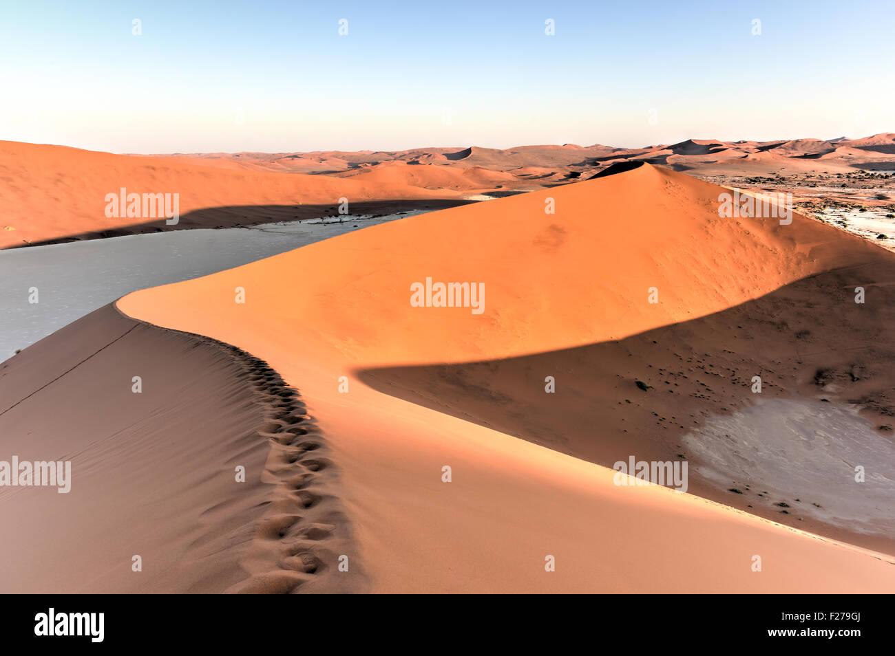 Sossusvlei (manchmal geschrieben Sossus Vlei) ist ein Salz und Ton Pan, umgeben von hohen roten Dünen, befindet sich im südlichen Teil des Stockfoto