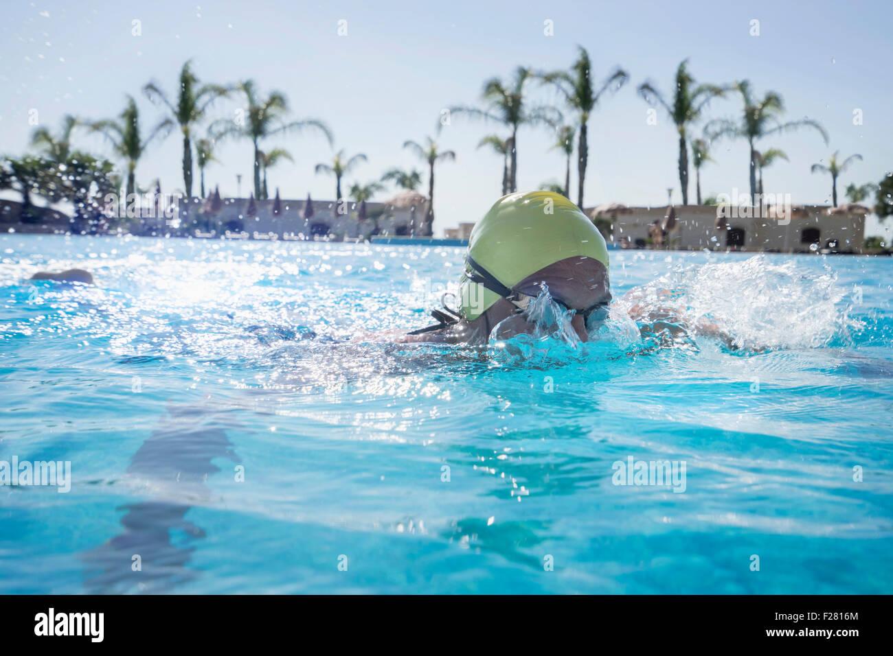 Reife Frau Schwimmen im Schwimmbad, Apulien, Italien Stockbild
