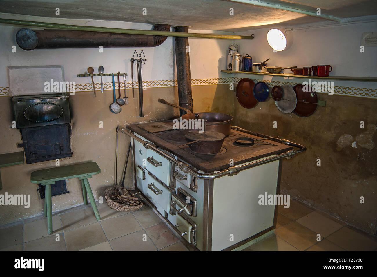 Küche mit alten Holzofen oder Kohleofen, Bauernhof Museum Jexhof ...