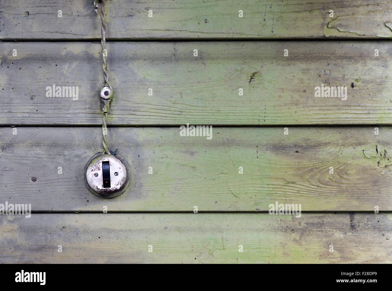 Vintage Lichtschalter mit Draht auf alten verwitterten hölzernen ...