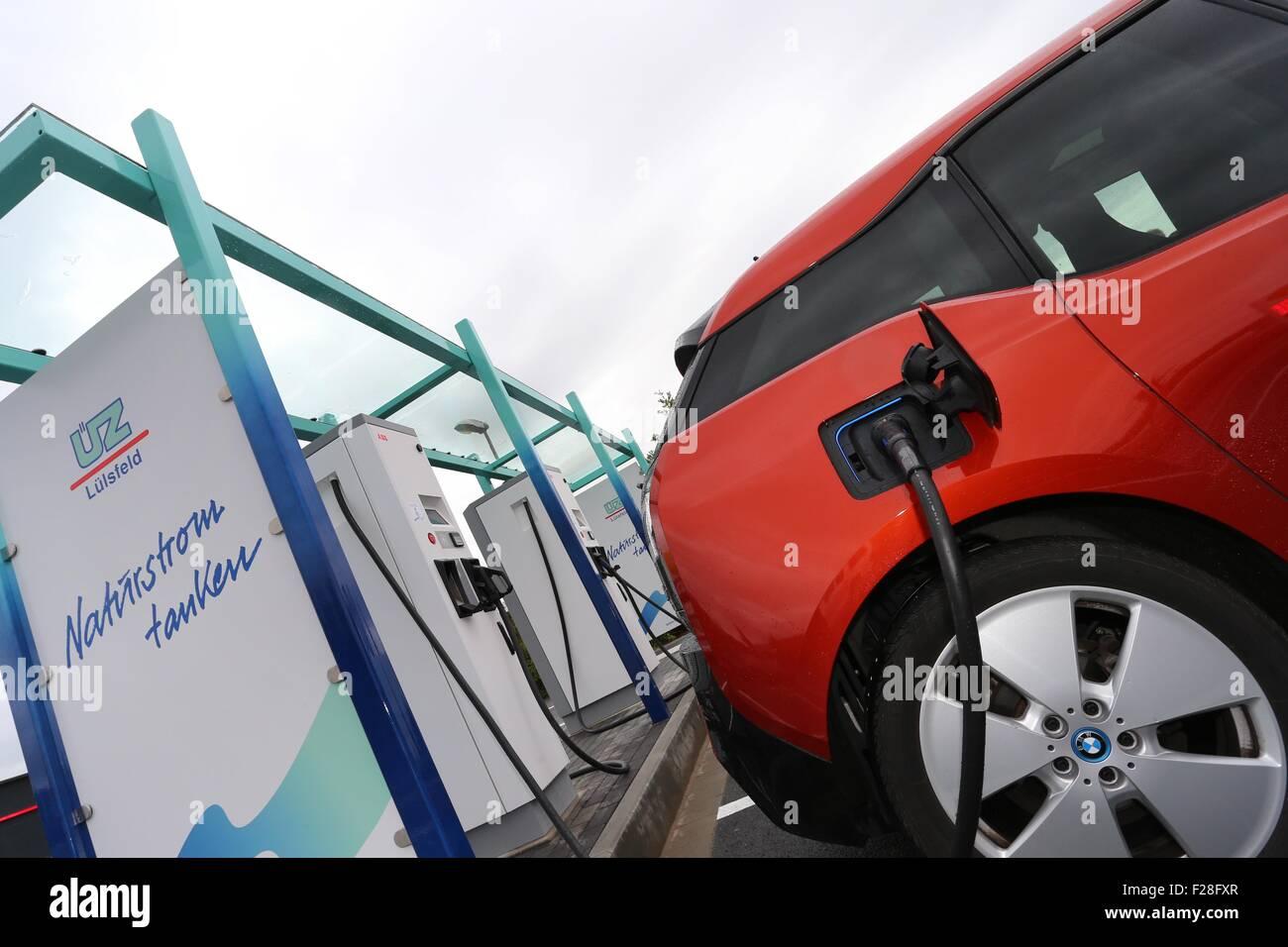 E Mobile To E Charging Station Stockfotos E Mobile To E Charging