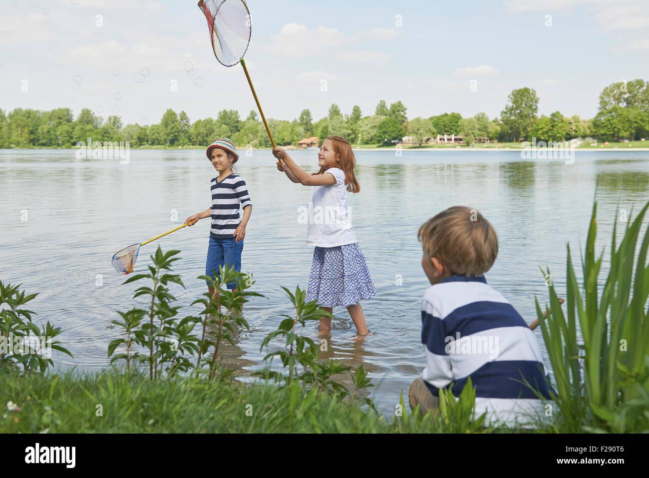 Drei Freunde, Angeln im See, Bayern, Deutschland Stockbild