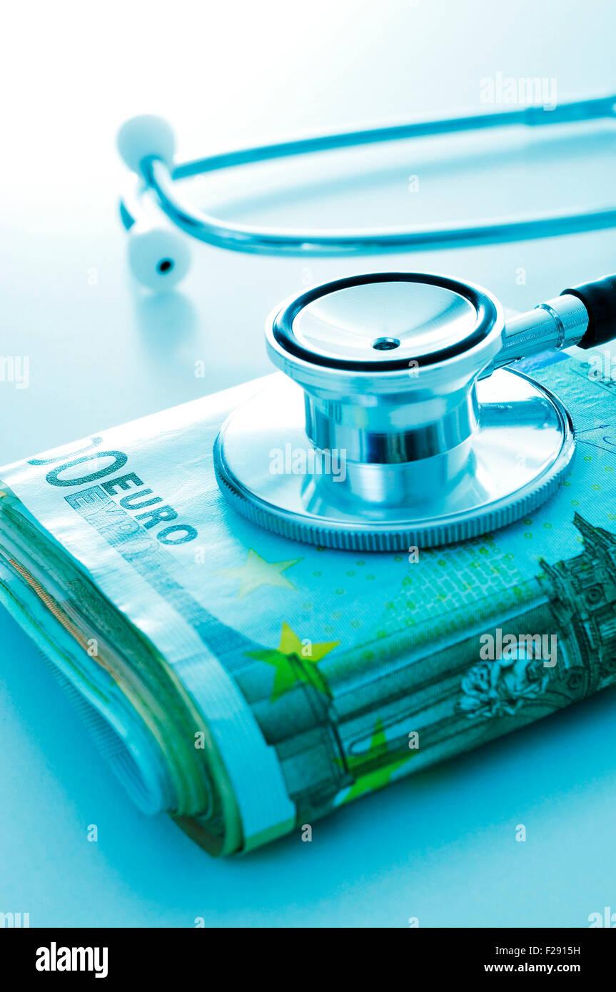 ein Stethoskop auf ein Bündel von Euro-scheinen, zeigt das Konzept der health care Industrie oder die Kosten Stockbild