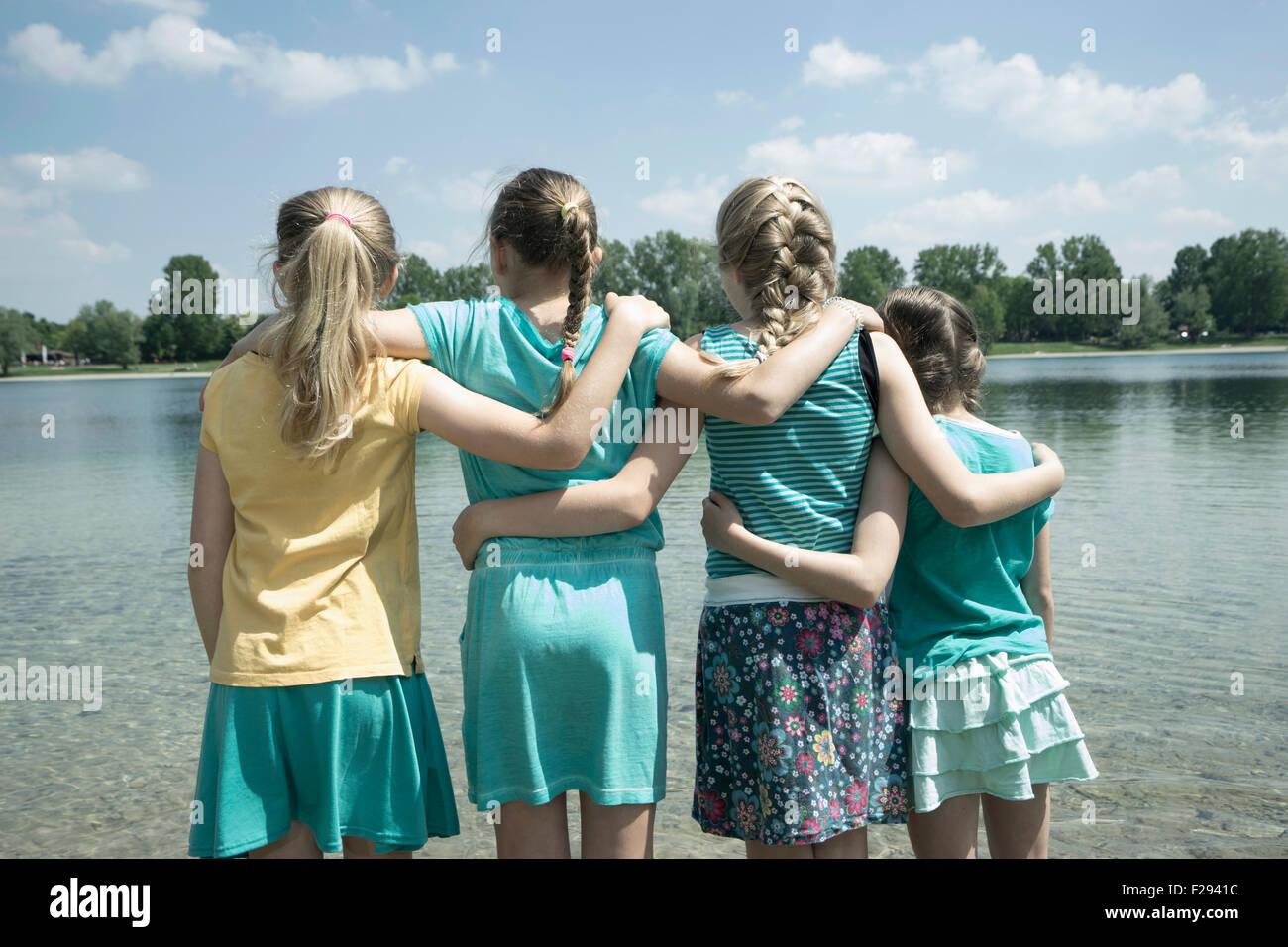 Gruppe von Freunden stehen in der See, Bayern, Deutschland Stockbild