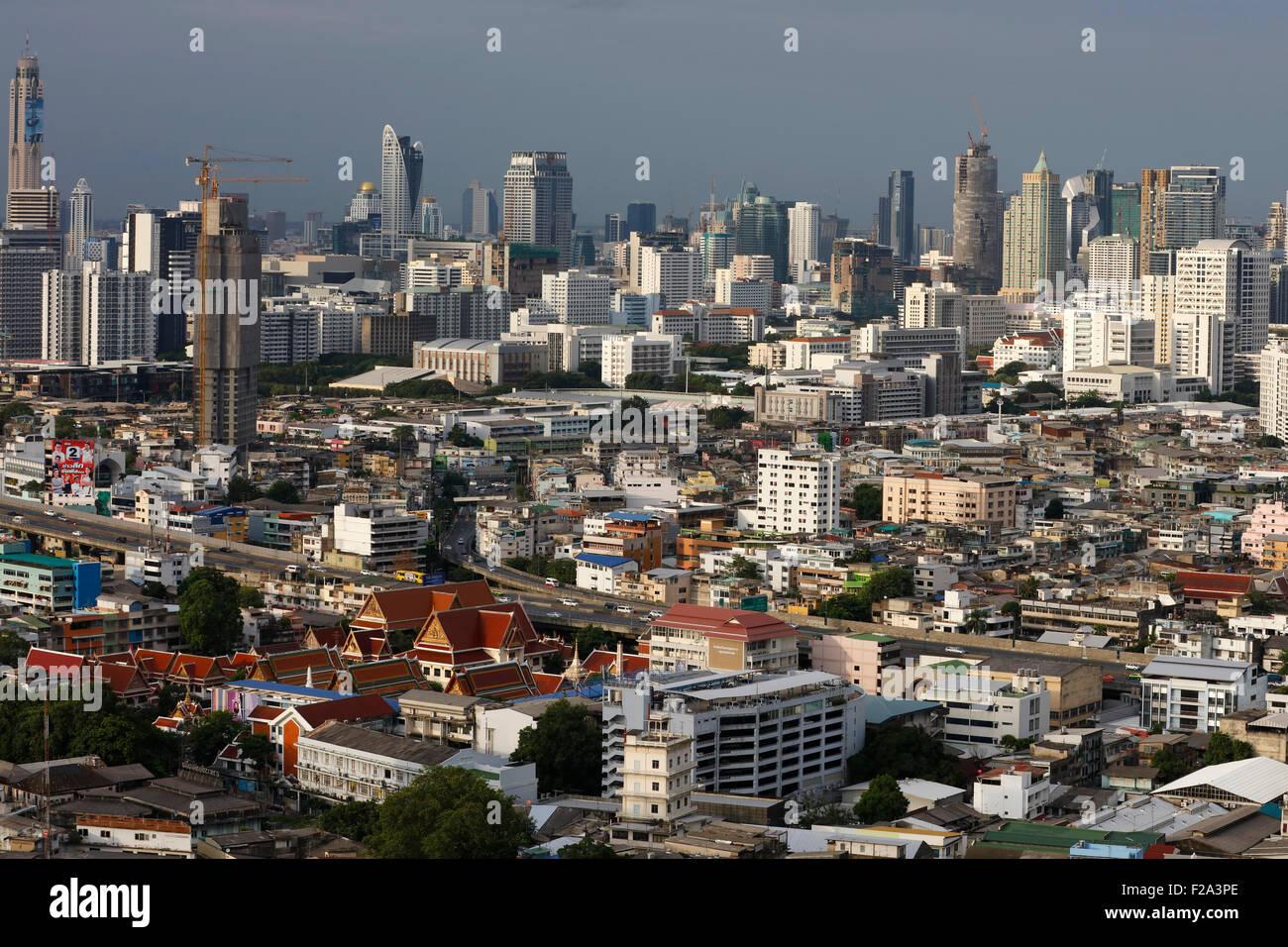 Blick auf das Stadtzentrum durch den Chao Phraya River in Bangkok, Thailand Stockbild