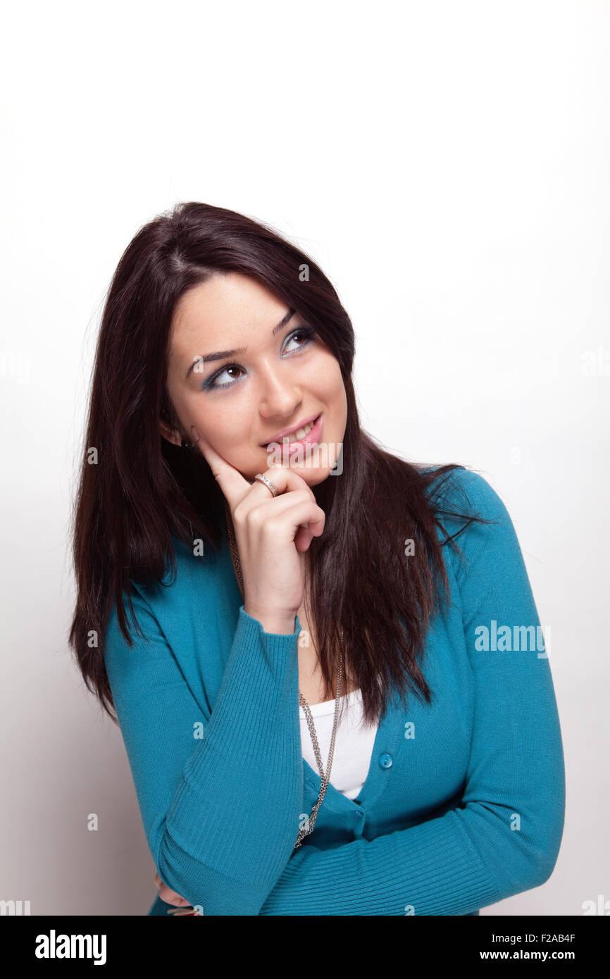 Kreative nachdenkliche junge Frau in weiß Stockbild