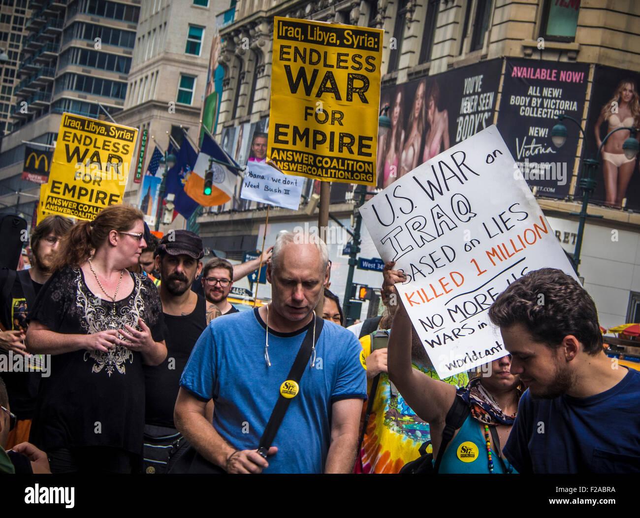 31. August 2013: Demonstranten gegen die USA in einen Krieg mit Syrien auf der 6th Avenue, Manhattan, New York, Stockbild