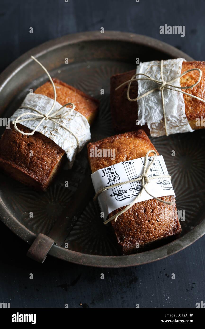Drei Vanille Finanzier Kuchen. Stockbild