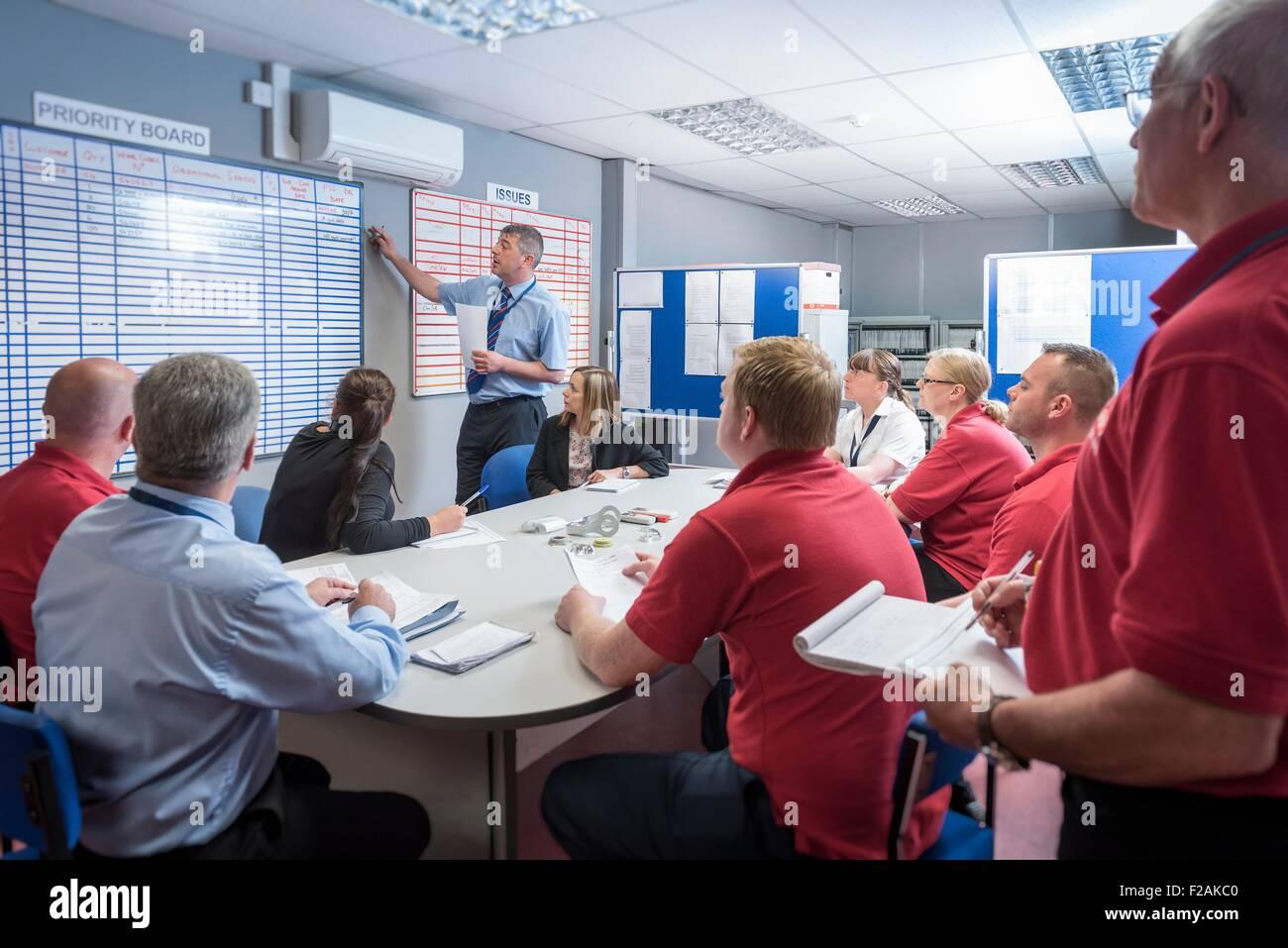 Produktions-Meeting in engineering Fabrik Stockbild
